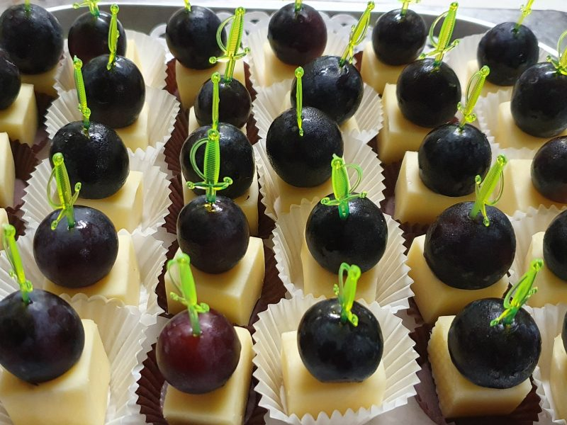 Плато с кашкавалчета с грозде
