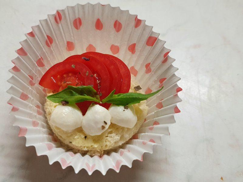 Тост с чери домат и бейби моцарела